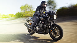 Small-2015-Yamaha-XJR1300-Racer-EU-Midnight-Black-Action-001(1)